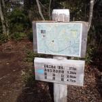 頂上に立つカシミール地図とルート案内