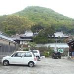 駐車場から見上げる江甫草山