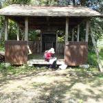 山頂神社で記帳しています。