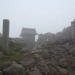 ガスで煙る山頂神社