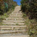 天まで届きそうな階段登ると花立山荘に着く・