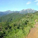 奥に見えるのが越後駒ガ岳